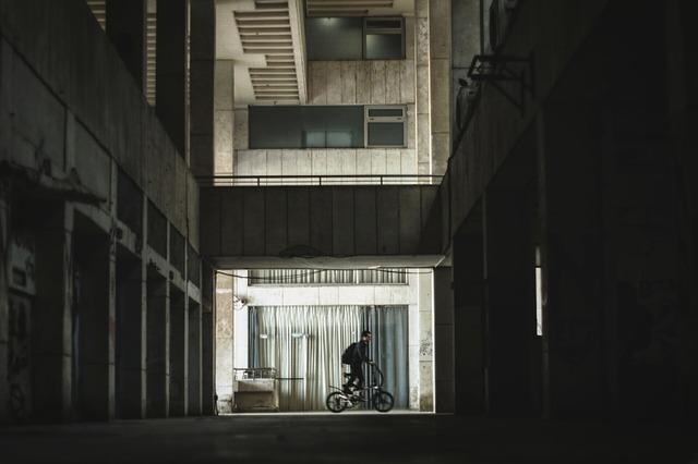 cyklista v budově