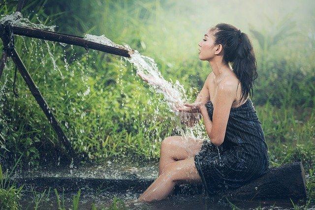bruneta u vody.jpg