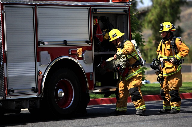 hasiči a hasičský vůz