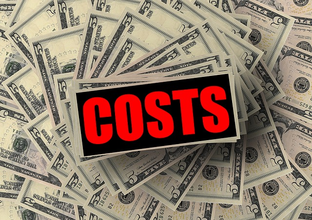 "dolarové bankovky, nápis ""costs"""