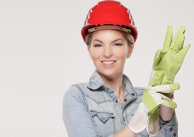žena v helmě