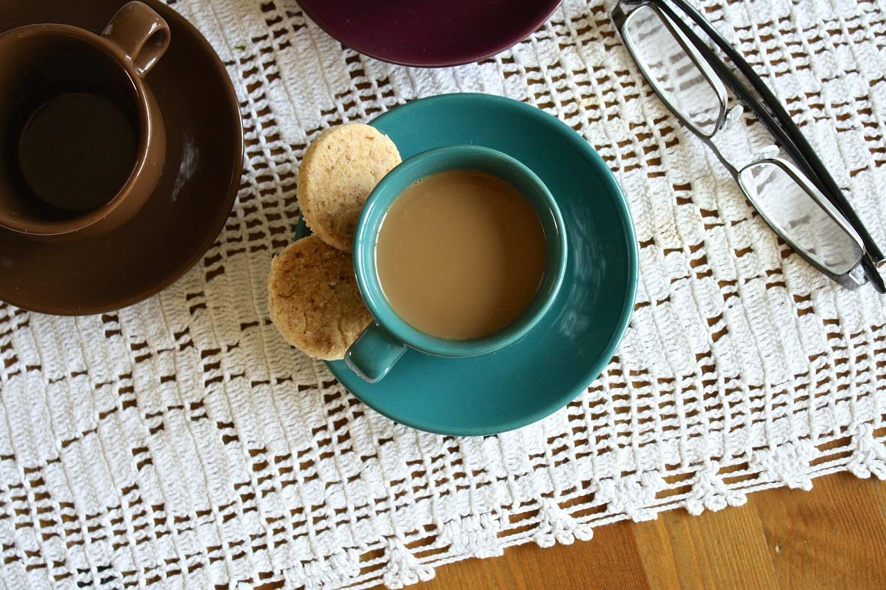 káva na stolku