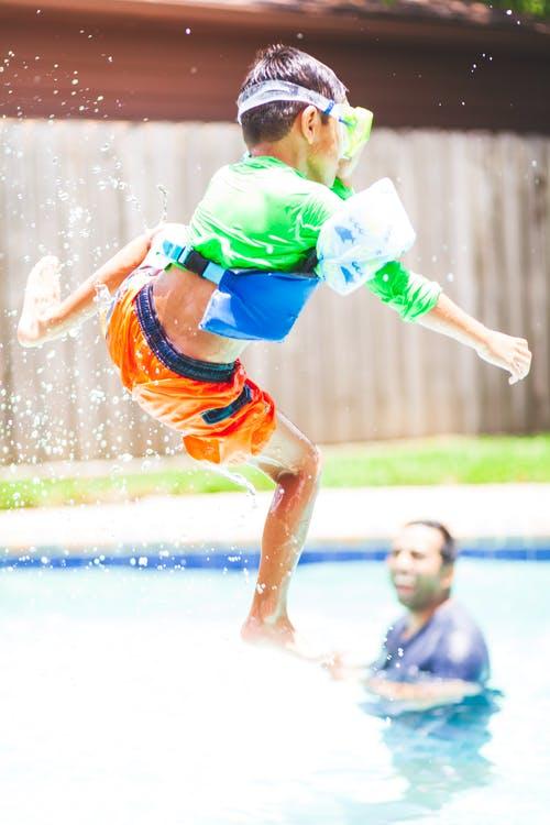 kluk skáče do vody
